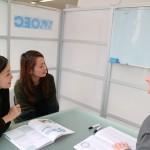 OEC梅田校で2人の女性とネイティブ講師の英会話授業