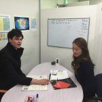 OEC梅田校で女性と外国人講師とのマンツーマン授業