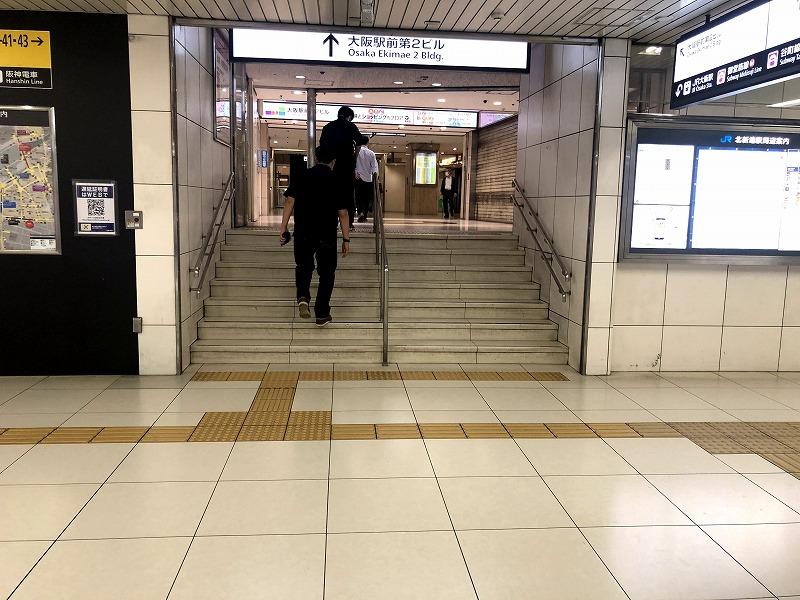 JR北新地駅東口から大阪駅前第2ビルへ上がる階段