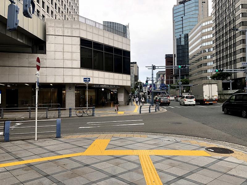 大阪駅前第2ビル出口の2号線前の道